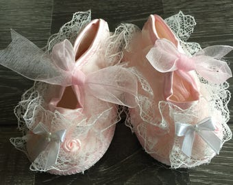 PINK BABY SHOES, Pink Lace Baby Shoes, Pink Crib Shoes, Lace Baby Shoes, Baby Booties, Baptism Shoes, Christening Shoes, Crib Shoes