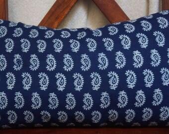 Série Panjab 18: Housse de coussin, 30x50cm (12x20), coton indien, fond indigo. motifs blancs. motifs paisley.