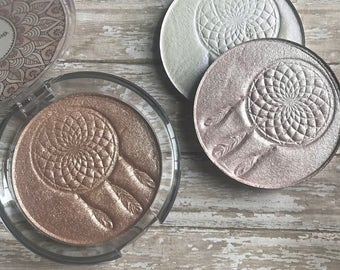 Pressed mineral highlighters