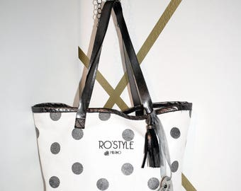 Shopping bag with reversible t-shirt