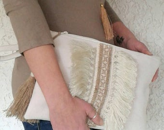 Boho chic wristlet clutch with cotton fringe and burlap ribbon in natural colors. Hippie style purse. Ethnic bohemian bag. Summer pouch.