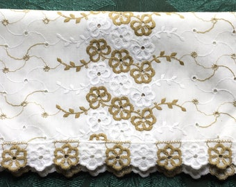 "Vintage Green & White Table Runner Dresser Scarf Eyelet Embroidery 39"" x 14"""