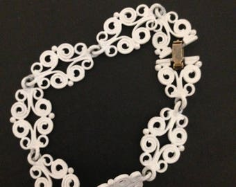 Super cute white vintage bracelet - in great condition!