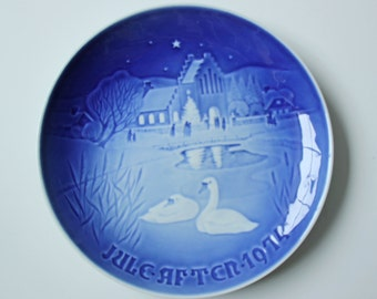Christmas in the Village - Royal Copenhagen blue and white Commemorative Christmas plate - 1974 Denmark Christmas