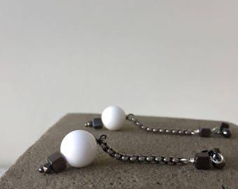 chain earrings white & gunmetal