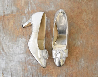 60s silver heels, vintage 1960s silver shoes, silver cocktail pumps, size 7.5 shoes