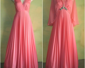 S 60s 70s Coral Pink Prom Gown Sleeveless Crystal Pleated Dress with Chiffon Cape Beaded Applique Formal Gown