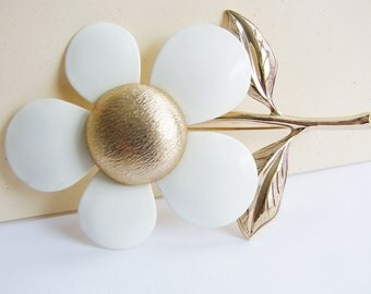 Vintage 1960s Sarah Coventry ivory white and gold mod daisy flower brooch (GG1)