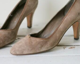 1980s FINE SUEDE Leather Designer Heels..size 7.5 women..shoes. heels. pumps. mod. glam. designer heels. suede heels. gray heels. wedding