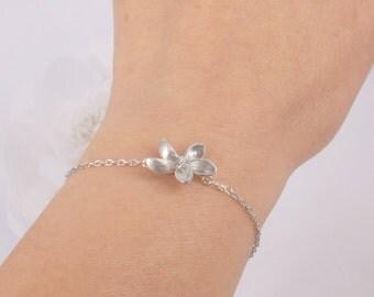 Matte silver flower and freshwater pearl bracelet