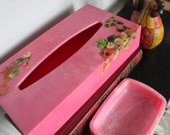 1950s 1960s Pretty in  BRIGHT PINK Flower Floral design Tissue Kleenex Box with pink soap dish, Bathroom Set, Vintage Pink Bathroom