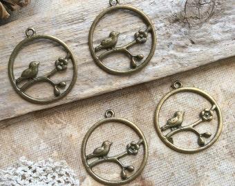 4x Round Bird Charms, Antique Brass Pendants C125