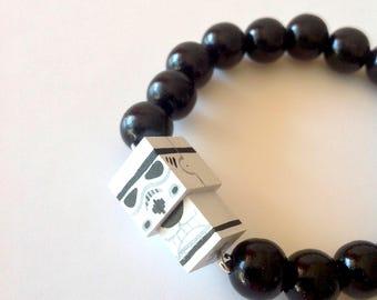 """Bracelet figurine cubique """"Stormtrooper"""" perles bois laquées noires ou blanches"""