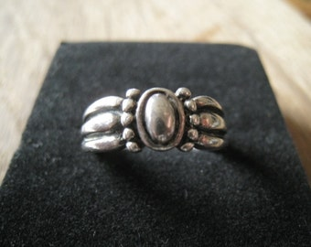 Sterling Silver Dotted Band Ring Size 8.25 (55)
