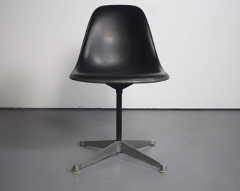 Classic Mid Century Modern Charles Eames Chair for Herman Miller