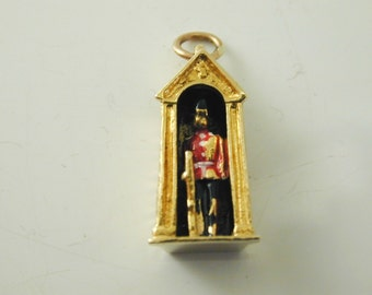 Queen's Guard in hut charm changing of the guard vintage 9 carat gold dated 1971