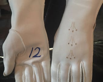 Vintage Wrist Gloves Off White ~ Cream Formal Short Gloves Circa: 1940's-1960's