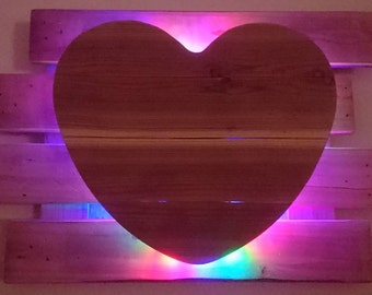 Heart with a background of pallet wood, larch untreated, battery-powered LED lighting (optional), colour (option)