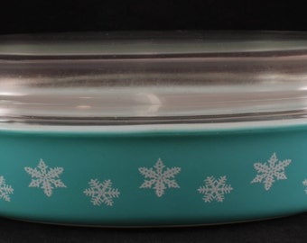 Vintage Pyrex White Snowflakes on Turquoise 1.5 Quart Divided Casserole with 945 C Lid