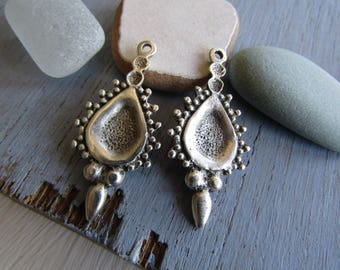 Antiqued silver pendant  , ethnic ornate design,  metal casting drop  , silver plated antiqued  / pewter tone 38mm ( 2 pcs ) 7As435
