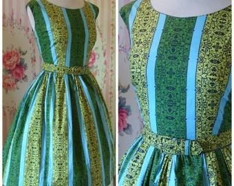 1950s Vintage Day Dress / Printed Cotton / Full Skirt / Matching Belt / M L Medium Large