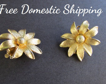 Flower Earrings, Floral  Earrings, Goldtone Flowers, Textured Earrings, Gold Tone Earrings, Mid Century Clip On  Earrings, Free US Shipping