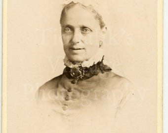 CDV Carte de Visite Photo - Victorian Old Woman, Big Eyes, Bonnet, Ruffled Collar Portrait  - J W Thomas of Hastings England - Antique Photo