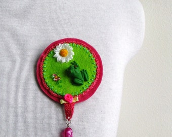 frog and daisy brooch - felt green and pink brooch - mixed media brooch - kitsch brooch - bright brooch with frog - fun valentines day gift