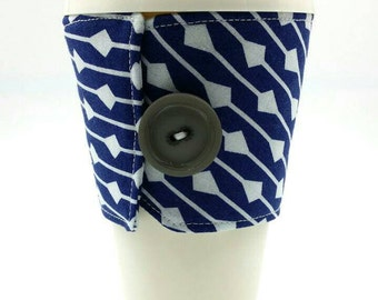Blue and white arrow/line design drink/beverage/cup insulator/cozie/cozy