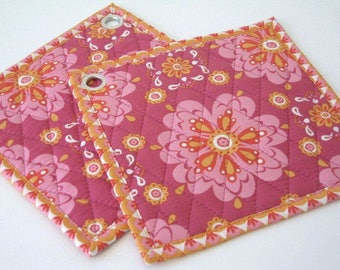 Hot pads with organic fabric and big retro flowers in pink and orange, Quilted pot holders, Ovenpads, Oven mitt