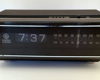 General Electric Vintage AM/FM Clock Radio Model No. 7-4305C, Roll-Down Numbers, Walnut Grain Finish