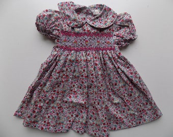Robe,robe bébé,robe liberty,robe smocks,manches courtes,col Claudine,robe de fleurs,smocks main,brodée main,robe bébé,naissance,anniversaire
