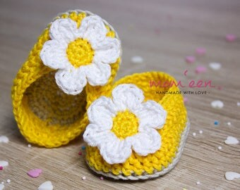 Crocheted baby moccasins with a bloom in yellow sand white GR 15.