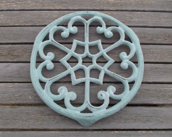trivet cast iron Blue Green - Blue Green cast iron dish below