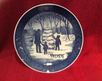 Royal Copenhagen Porcelain Plate Choosing The Christmas Tree 18cm diameter