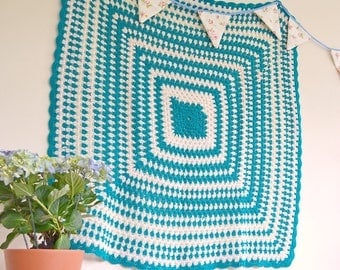 Vintage green and white crochet blanket with scalloped edges, 100x100cm / 39x39inches chunky knit crochet blanket, square crochet throw