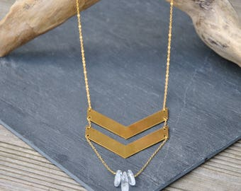 Necklace with double chevron in brass and quartz
