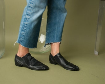 black leather slip on booties / simple black flat shoes / black glove shoes / 9.5 M / 770s / B3