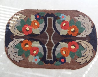 Antique Oval Hooked Rug. Wool. Burlap. Intricate