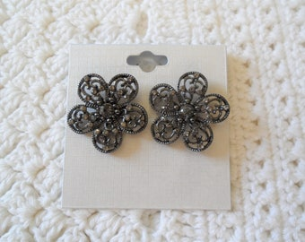 Lovely Floral Rhinestones Pierced Earrings