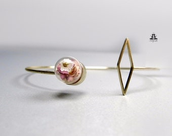 Geometric bracelet with real flowers - gold