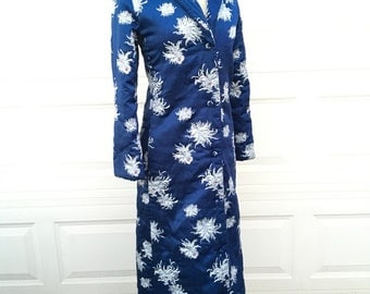 Vintage 1970s Neiman Marcus blue quilted Asian art deco chrysanthemum floral robe size S
