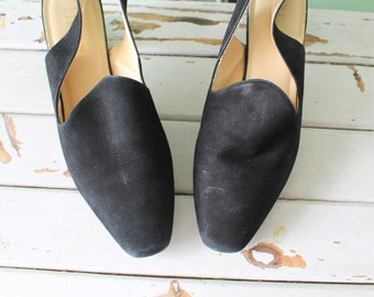 Vintage LITTLE BLACK HEELS....size 8 women....classic. mod. black. heels. pumps. shoes. designer vintage. suede heels. prom. date night.