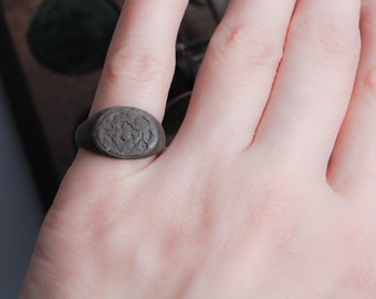 Antique  bronze brass signed ancient  ring. Woman small size. Original dark patina.