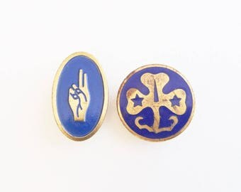 Lot of 2 Vintage Girl Scout Pins: World Assoc. of Girl Guides & Girl Scouts WAGGGS Trefoil and Brownie World Association 2-Finger Salute