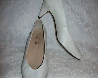 Vintage Ladies White Leather Pumps by Etienne Aigner Size 8 Only 6 USD