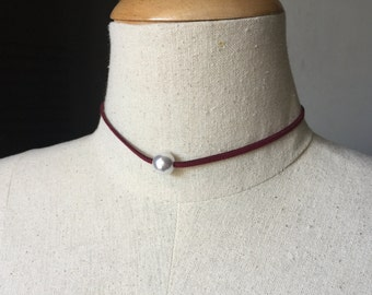 Suede Choker Single Pearl Necklace in Blood Red, Choker Necklace, Genuine Suede Leather Necklace, Leather Necklace, Pearl Choker Necklace
