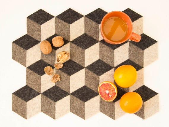 Dark grey felt placemats, geometric placemats, stylish placemats, wool felt, handmade, gift idea, housewarming gift, made in Italy