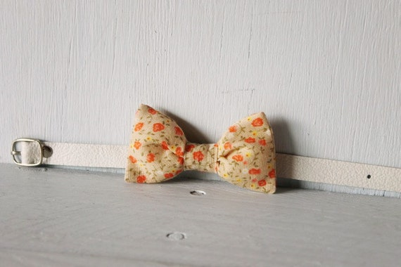Bow tie cat collar >> Small dog bow tie >> Fawn and orange floral bow tie, white leather strap and silver buckle >> Pet gift