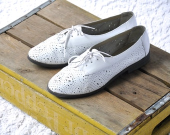 80s White Leather Oxford Shoes | White Lace Up Flats. Cut Out Leather Oxford Flats. Retro 1980s Lace Ups. 60s Style Mod Oxfords | sz 9 / 9.5